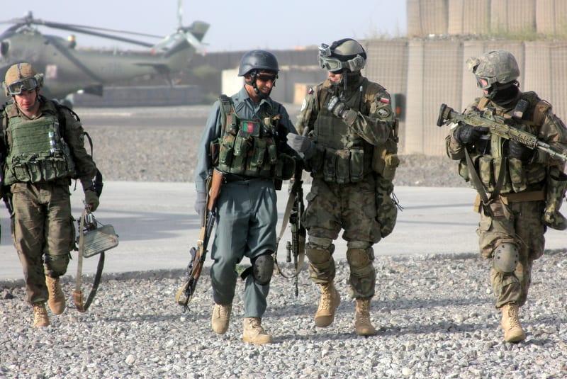 Polscy i afgańscy żołnierze / Źródło: www.isaf.wp.mil.pl/
