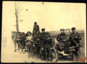 Żołnierze BŚ przy niemieckim działku przeciwpancernym, zdobytym w walce pod Czarnocinem (22 VII 1944 r.)