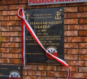 Tablica pamiątkowa w Chmielniku poświęcona Stanisławowi Grabdzie