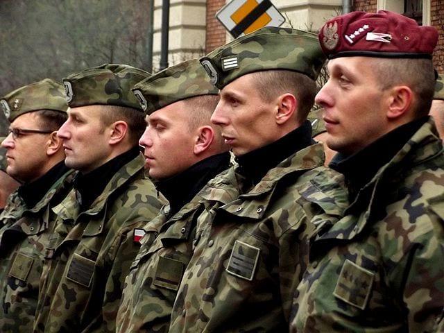 Żołnierze_podczas_uroczystości_(8241392913)