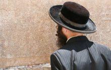 Sprofanowano żydowski cmentarz.