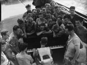 Żołnierze Royal Navy słuchający muzyki na pokładzie statku tuż przed inwazją na Sycylię