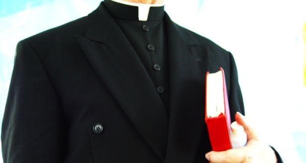 Ksiądz kapłan duchowny religia katolicyzm chrześcijaństwo freeimages com autor tomy 213
