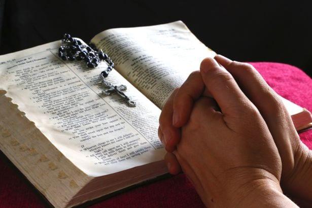 Religia chrześcijaństwo katolicyzm Kościół modlitwa różaniec biblia freeimages com