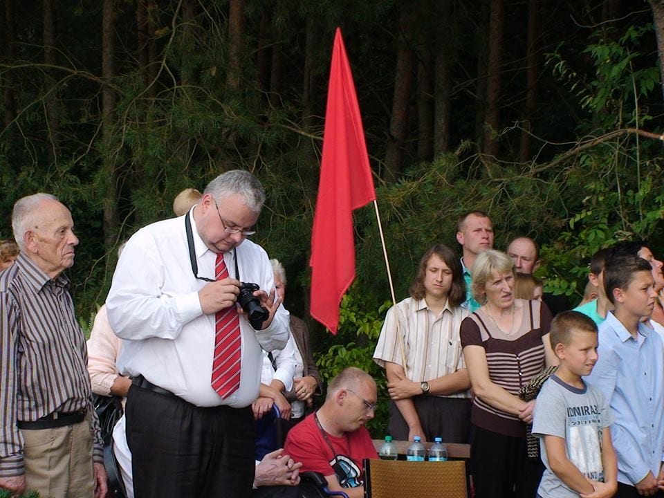 Świętowanie pod komunistycznym pomnikiem w Rząbcu