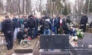 Uczestnicy lubelskiego sprzątania grobów Niezłomnych. Fot. Dawid Florczak/wMeritum.pl
