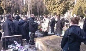 Podczas sprzątania opowiadano historię postaci, która została pochowana w danym grobie. Fot. Dawid Florczak/wMeritum.pl