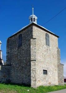 Dzwonnica kościoła, pod którą może znajdować się wejście do lochów. Fot.: Jakub Hałun/commons.wikimedia.org