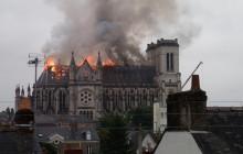 Potężny pożar dachu w zabytkowej bazylice [WIDEO]