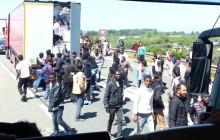 Szturm imigrantów na autostradę w Calais. Wznieśli blokadę i atakowali kierowców. Interweniowała policja