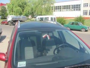Biało-czerwona wstążka w samochodzie Polaka z Białorusi. Fot.: Mirosław Kapcewicz