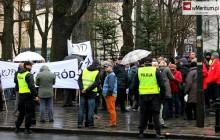 Byli funkcjonariusze służb PRL na manifestacjach KOD? Proboszcz z Torunia spotkał swoich prześladowców!