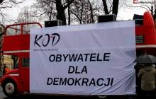 """KOD łamie prawo? Bezprawnie wykorzystał flagę """"Solidarności"""" podczas manifestacji"""