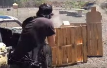 Keanu Reeves na strzelnicy. Imponujące umiejętności aktora [WIDEO]