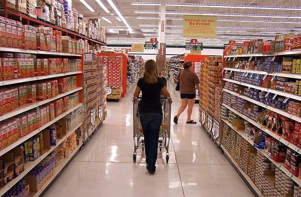 """Niedługo czeka nas drastyczna podwyżka cen toreb na zakupy. Ministerstwo Środowiska wskazuje jak """"uniknąć"""" nowej opłaty"""