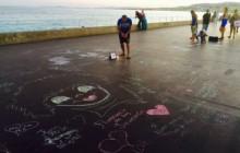 Nicea odpowiada na zamach... malując kredą po betonie