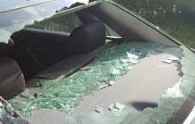 Calais: Imigranci wybijają szyby w samochodach.