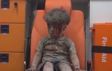 Wojna w Syrii: Mały chłopiec uratowany z gruzów budynku. Dramatyczne nagranie [WIDEO]