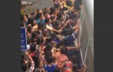 Narzekasz na PKP? Zobacz jak wsiada się do pociągu w Indiach! [WIDEO]