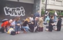 Chrześcijanie się modlą, czarnoskóry mężczyzna głośno słucha muzyki. Nokaut na ulicy [WIDEO]