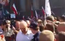 Kijowski wyprowadzony z uroczystości pogrzebowych przez policję. Lider KOD żegnany okrzykami