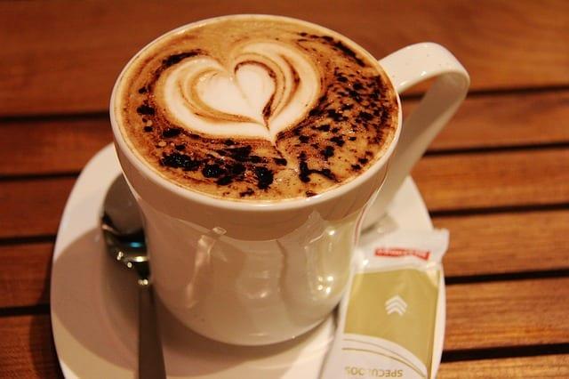 Blisko 70 proc. Polaków kupuje kawę na stacjach benzynowych. Coraz częściej to dobrej jakości napój z dodatkami jak z kawiarni