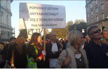 Zaskakujący transparent uczestniczki marszu KOD.