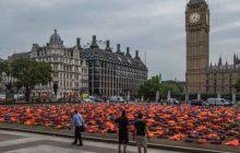 Kamizelki ratunkowe przed parlamentem w Londynie. Mają przypomnieć o uchodźcach  [WIDEO]