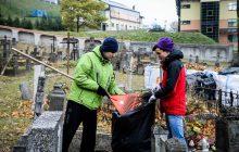 Wspaniały gest! Młodzież sprzątała cmentarz na Rossie [WIDEO/FOTO]