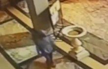 Rzym: Czarnoskóry mężczyzna niszczył posągi w kościołach. Próbował zniszczyć także krzyż [WIDEO]