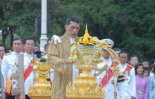 Tak wygląda nowy król Tajlandii. Tatuaże, za krótka koszulka i... piesek na rękach [FOTO]