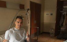 Arkadiusz Milik już po operacji. Piłkarz opublikował zdjęcie po, a lekarz... w trakcie [FOTO]