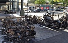 Spłonęło kilkadziesiąt motocykli przy jednym z paryskich hoteli [ZDJĘCIA]