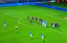 Zabawne rozegranie rzutu wolnego w meczu Pucharu Polski.