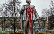 Na Białorusi w 99. rocznicę rewolucji bolszewickiej oblali pomnik Lenina farbą
