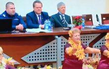 Seniorki tańczą dla wiceministra! Mina polityka bezcenna [WIDEO]