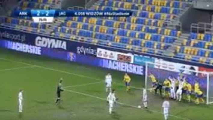 Nietypowy gol w meczu LOTTO Ekstraklasy. Pamiętacie jeszcze takie rzuty wolne? [WIDEO]