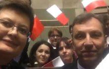 Nowy hit internetu? Politycy Nowoczesnej i PO okupują Sejm i apelują o... wywieszanie flag w domach i na balkonach [WIDEO]