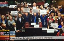 Awantura w Sejmie. Opozycja zablokowała mównicę! [FOTO+WIDEO]
