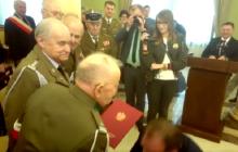 Wzruszające nagranie! Szef Urzędu ds. Kombatantów klęka i całuje dłoń 100-letniego weterana [WIDEO]
