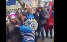 Demonstracja KOD w Poznaniu. Uczestnik tańczył w więziennym