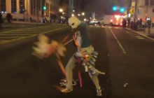 USA: Bardzo dziwne zachowanie protestującej kobiety.