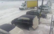 Na Podkarpaciu było jak na Syberii. Starcie samochodu dostawczego z wiatrem [WIDEO]