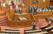 Minęły dwa lata od najgłośniejszej wpadki Bronisława Komorowskiego. Były prezydent wszedł na krzesło w Japonii. Przypominamy! [WIDEO]