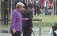 Angela Merkel w Warszawie. Trzy lata temu w Berlinie gościła Ewę Kopacz. Pamiętacie słynny marsz na ogrodzenie? Przypominamy! [WIDEO]