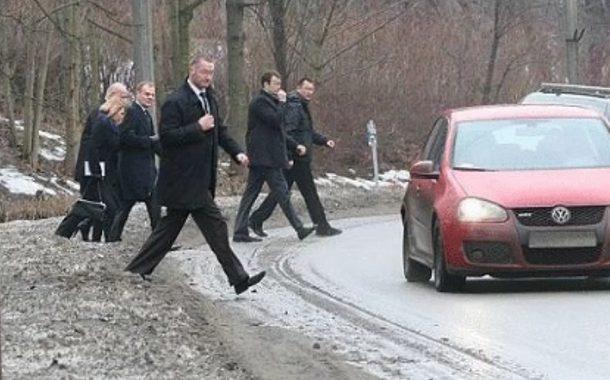 BOR blokuje drogę, aby mógł przejść premier... Tusk. Internauci obnażają hipokryzję opozycji [FOTO]