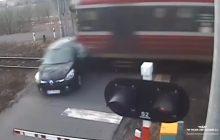 Auto wjeżdża wprost pod pociąg! PKP publikuje dramatyczne nagranie [WIDEO]