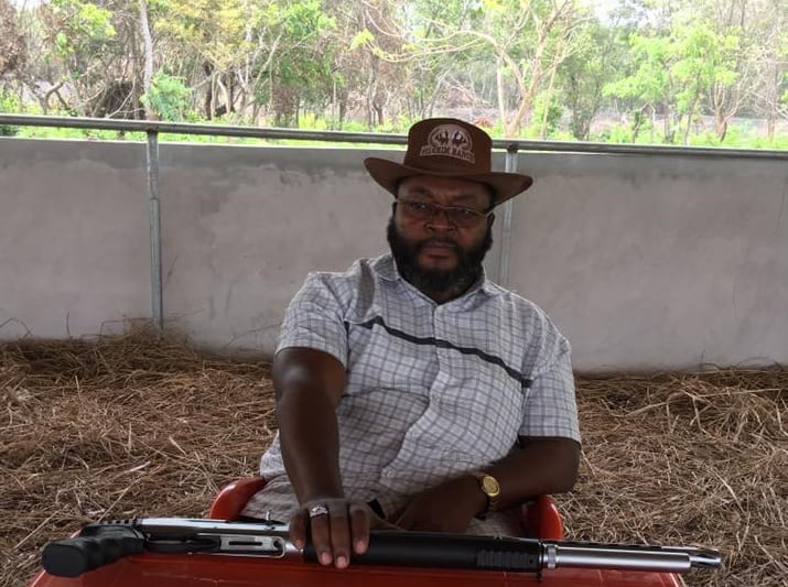 Nowe zajęcie Johna Godsona. Były poseł PSL... zakłada ranczo w Nigerii! W sieci publikuje zdjęcia ze strzelbą
