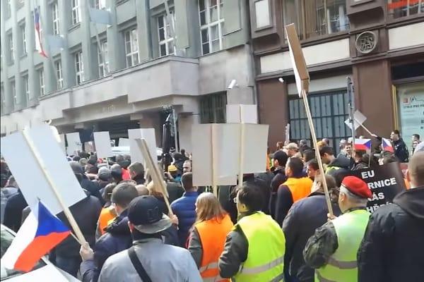 Europa ogranicza dostęp do broni, Czesi protestują! [WIDEO]