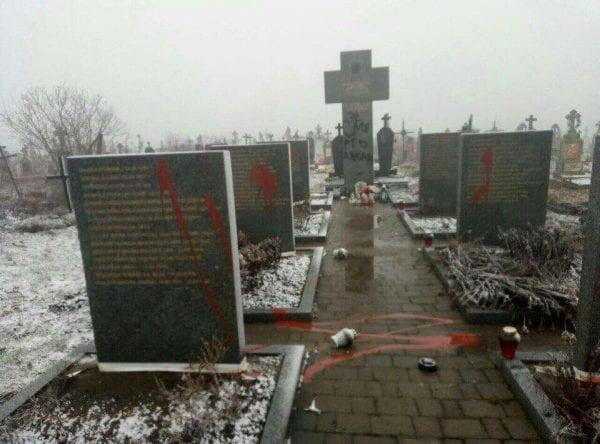 """Kolejne ataki na polskie miejsca pamięci na Ukrainie. Sprawcy napisali """"Śmierć Lachom"""""""